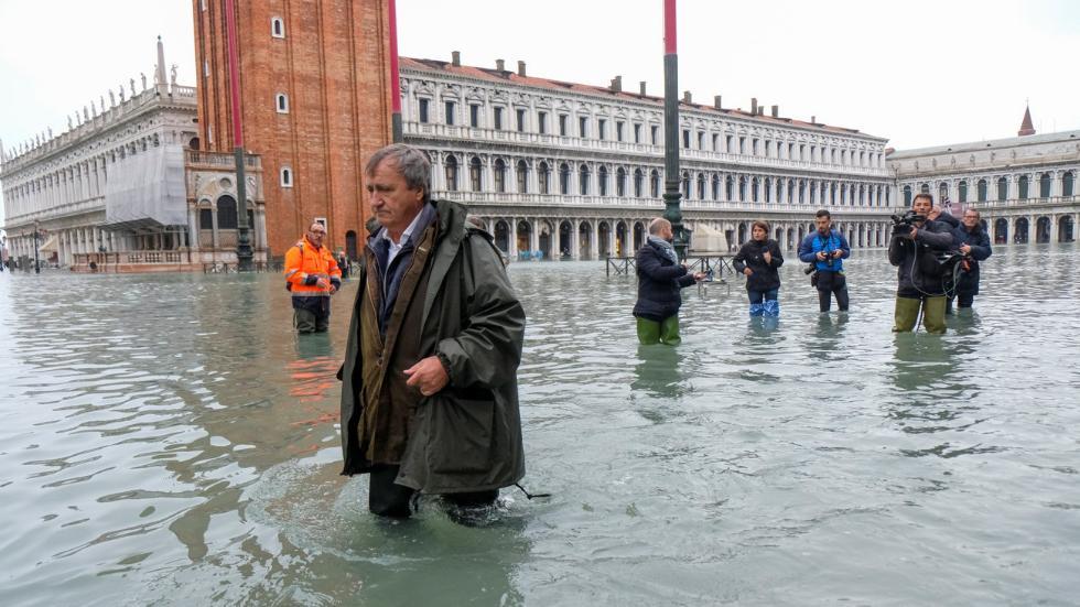 威尼斯宣布进入紧急状态:50多年罕见大潮 淹没街道